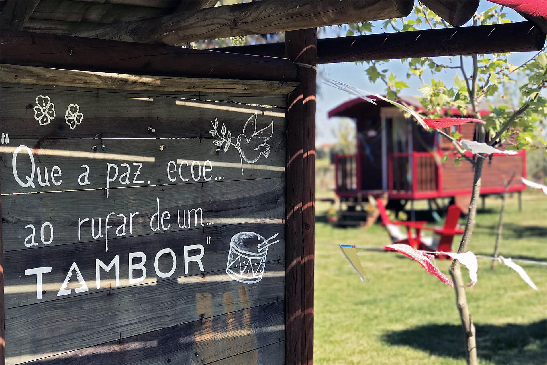 Pernoitar no Parque Rural do Tambor em família pode ser feito a bordo caravanas ciganas em madeira.