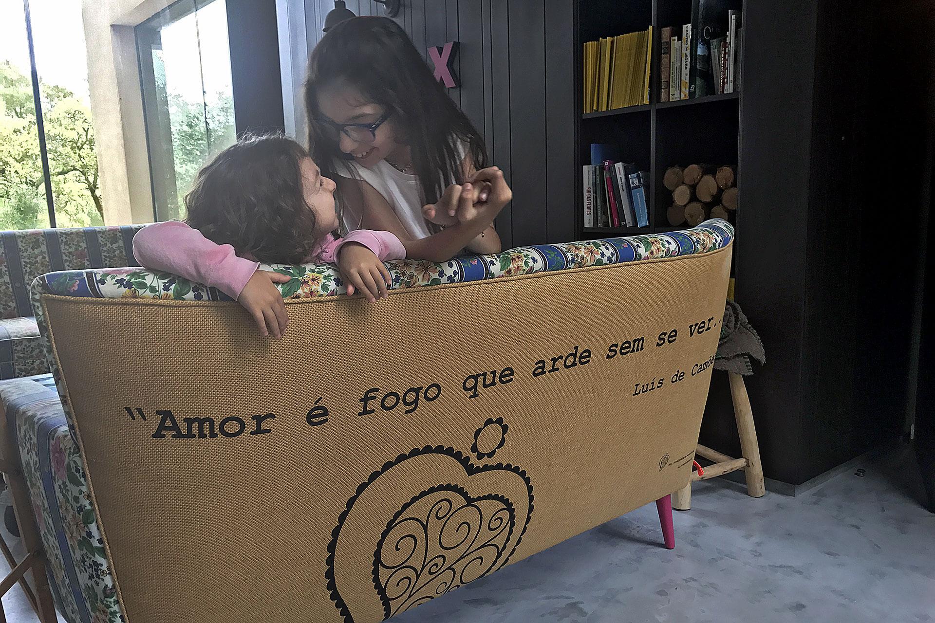Crianças a brincar num sofá de uma sala, são crianças que inspiram a transformar a tua vida.