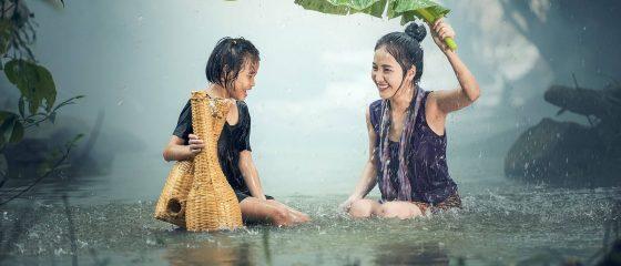 mulheres-asiaticas-rio-chuva