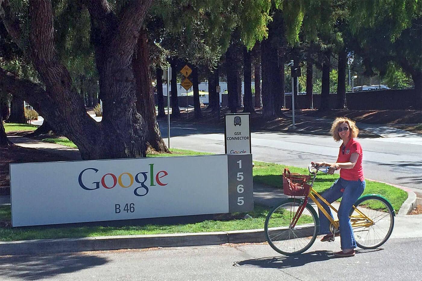 Rita Aleluia de bicicleta nas instalações do Google, nos Estados Unidos.