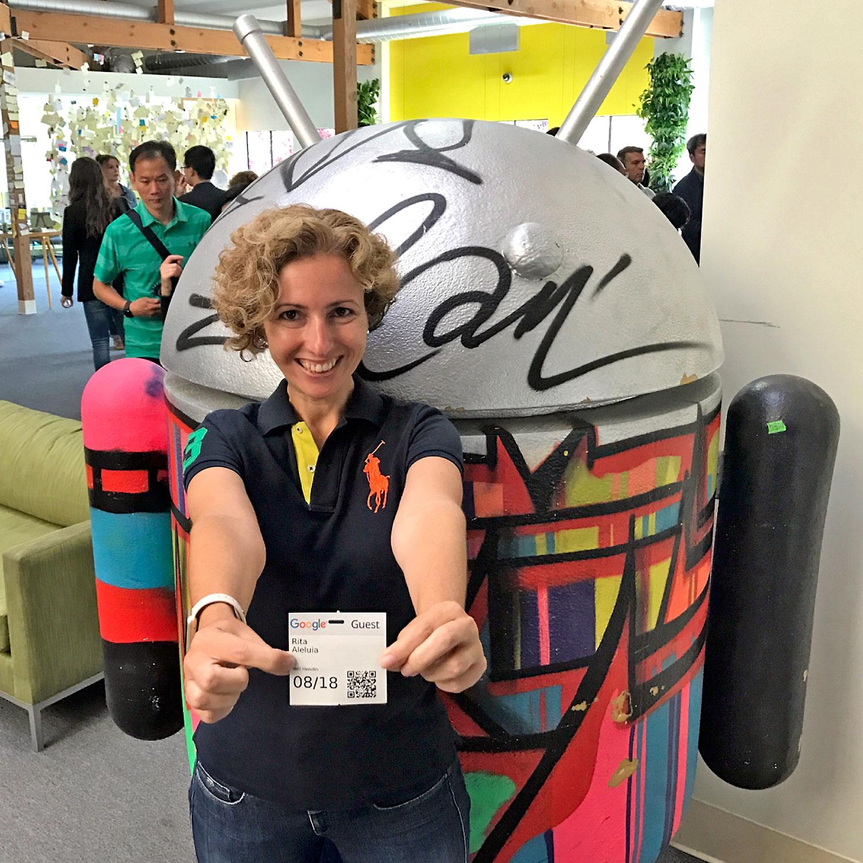 Rita Aleluia junto mascote Android nas instalações do Google, nos Estados Unidos.