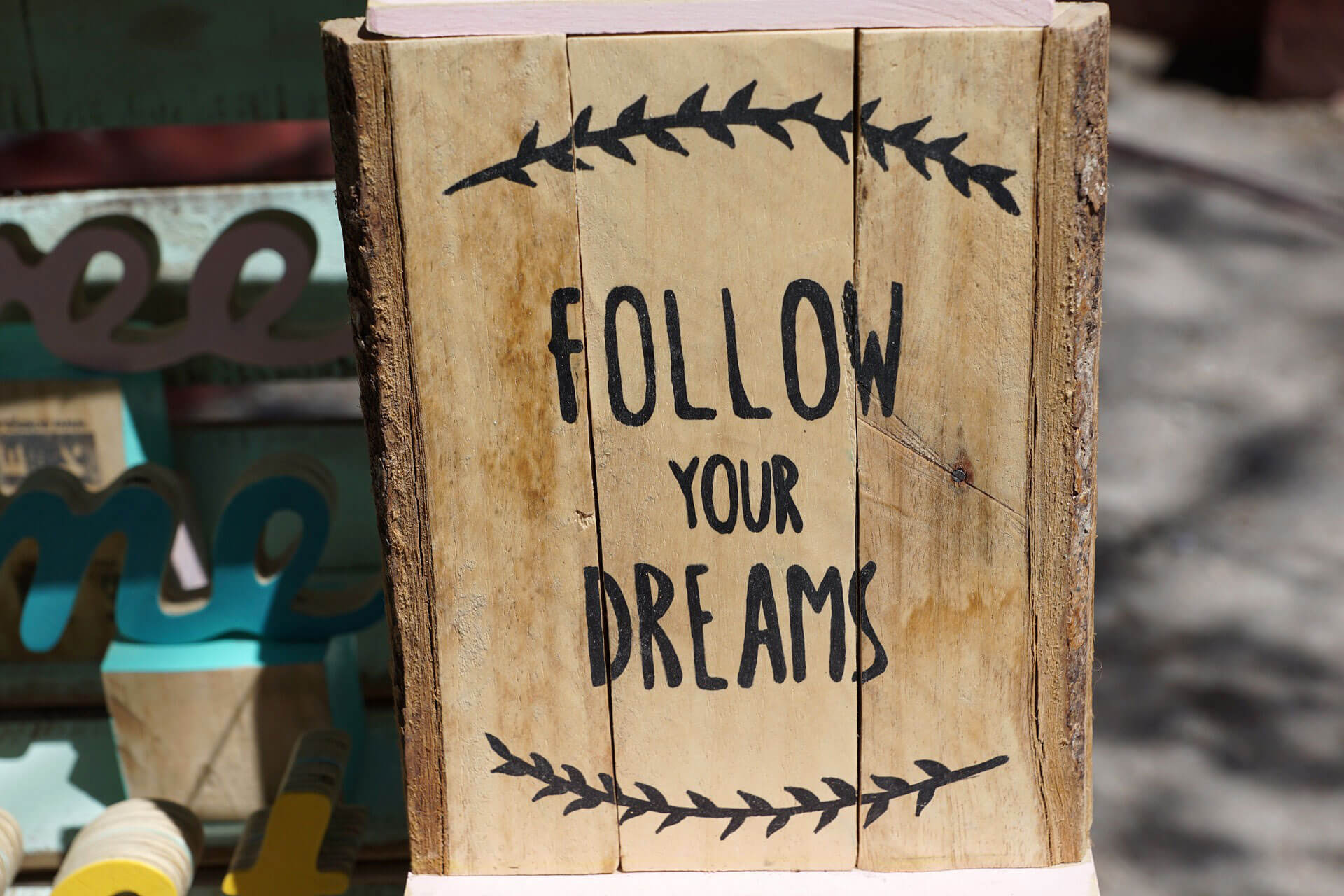 "Bloco de madeira com a frase ""Follow your Dreams"""