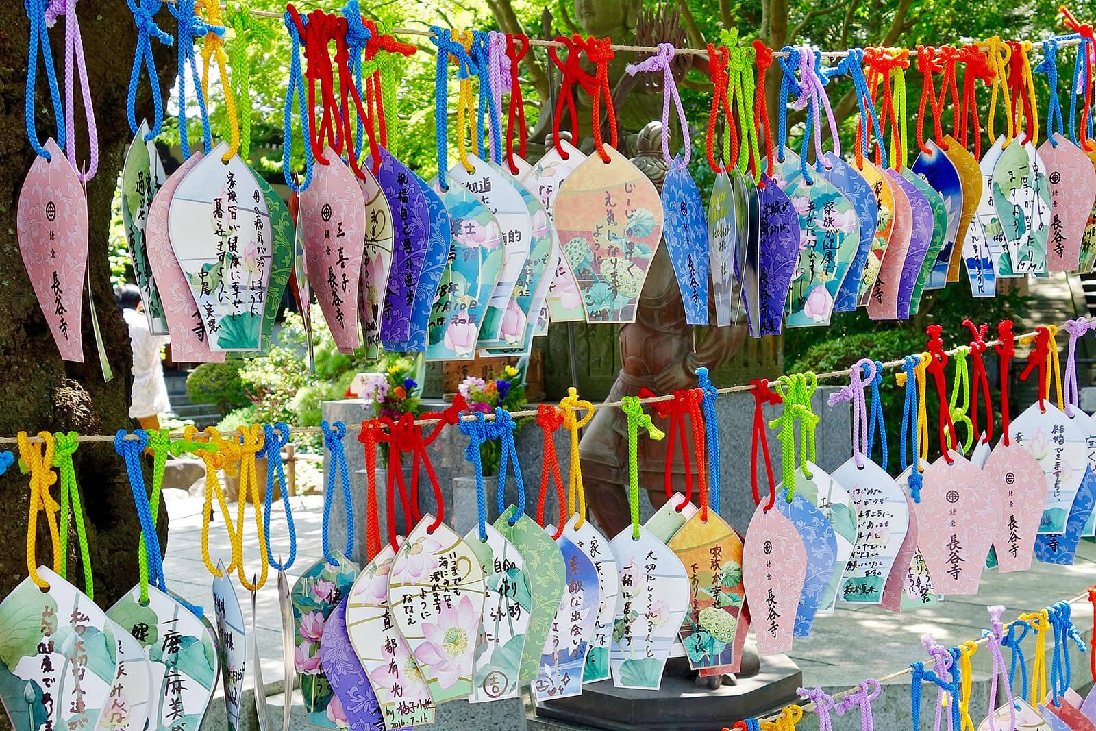 Escritos japoneses pendurados em cordas num templo.