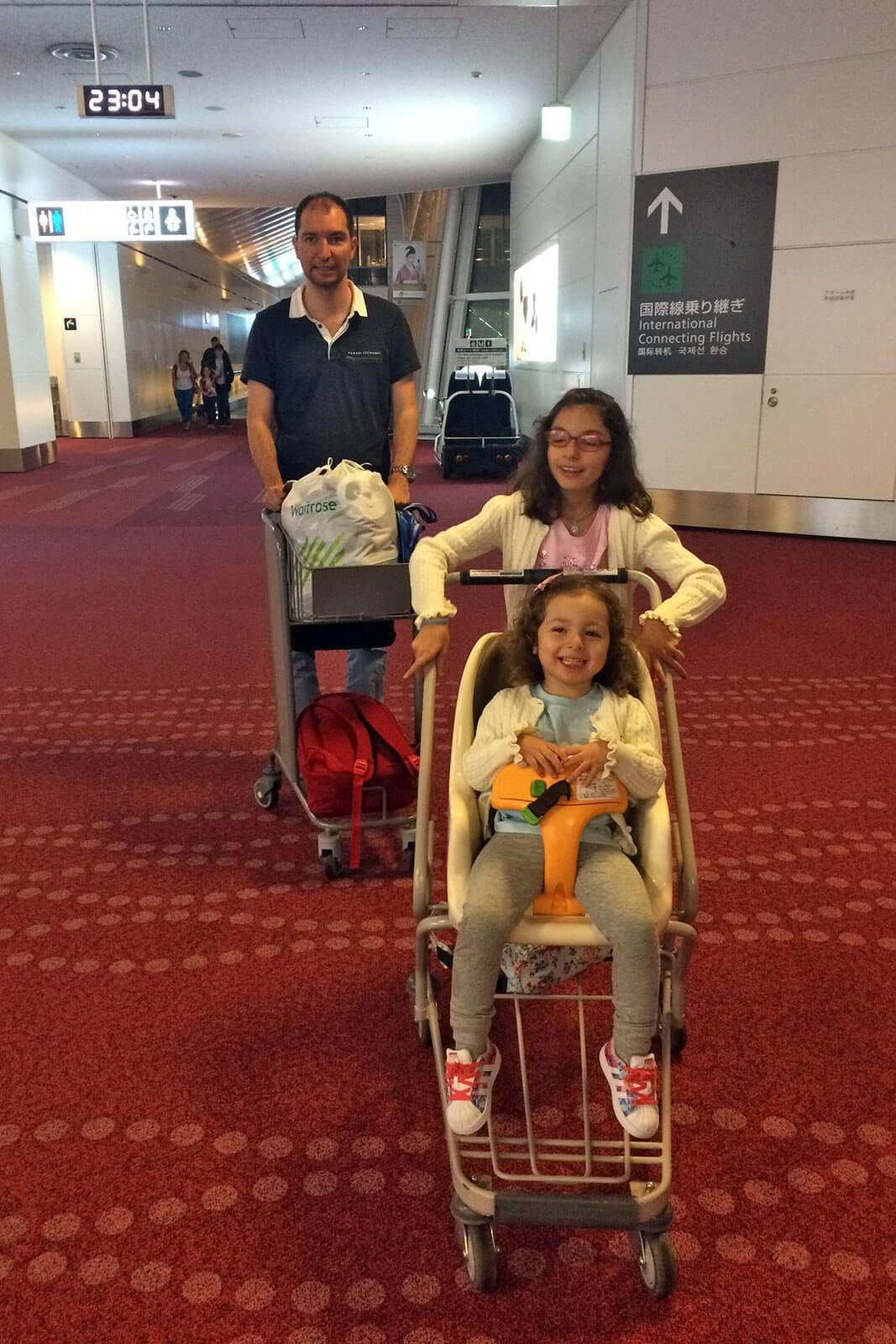 Família da Rita Aleluia no corredor de um terminal de aeroporto.