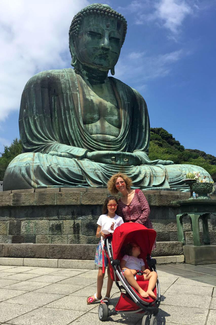 Família da Rita Aleluia junto a estátua em pedra de um Buda Gigante.