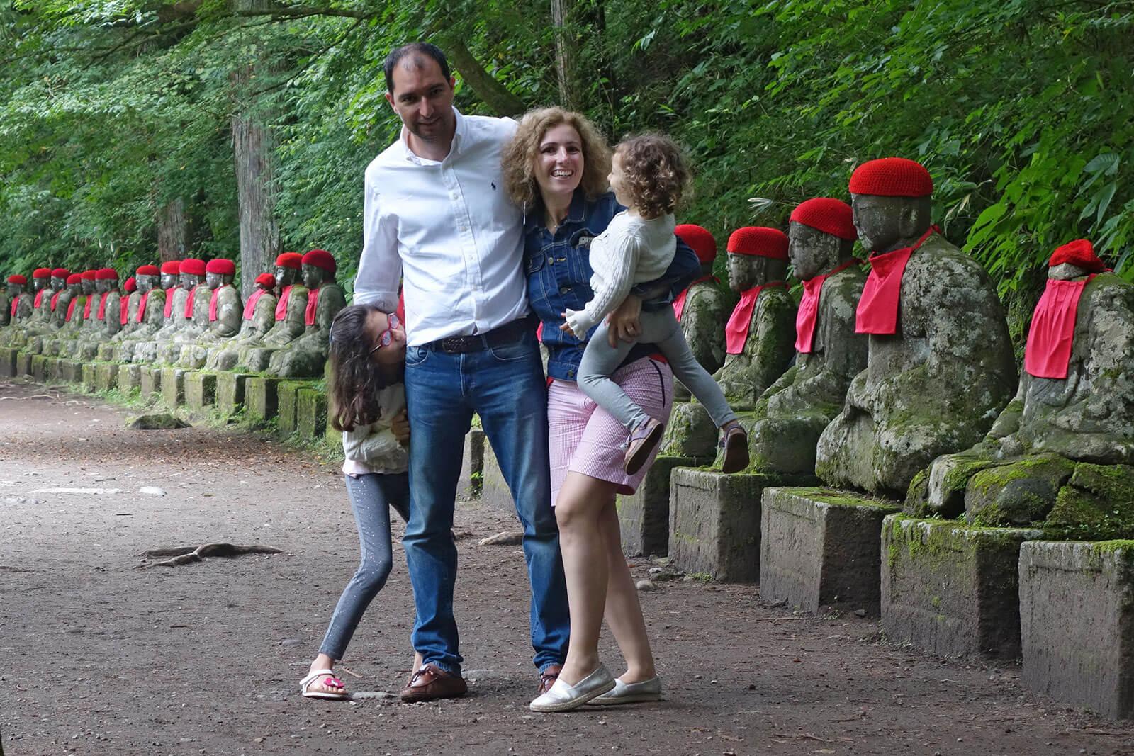 Família da Rita Aleluia num jardim repleto de Jizō Bosatsu, as estátuas guardiãs das crianças no Japão.