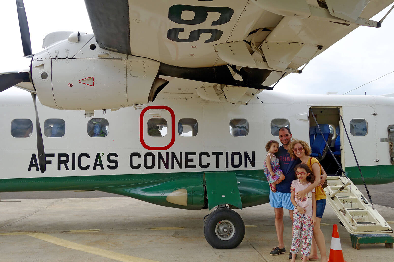 Família da Rita Aleluia junto a avião verde e branco da Africa's Connection