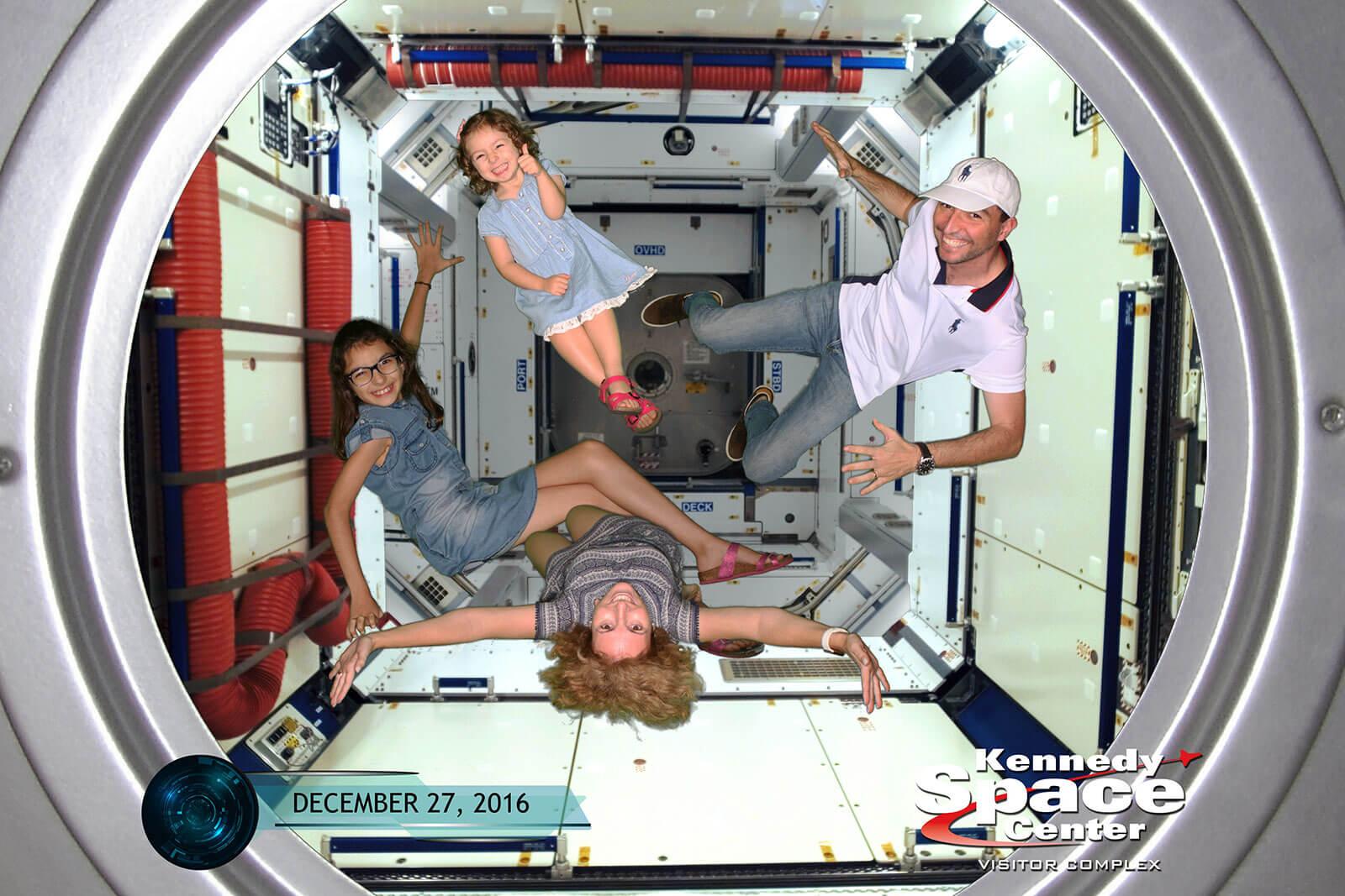 Família da Rita Aleluia a testar falta de gravidade, no Kennedy Space Center, Flórida.