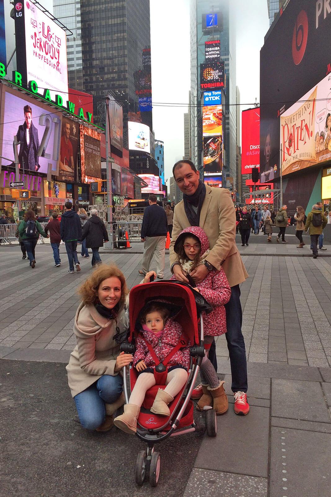 Família da Rita Aleluia na praça Time Square, em Nova Iorque.