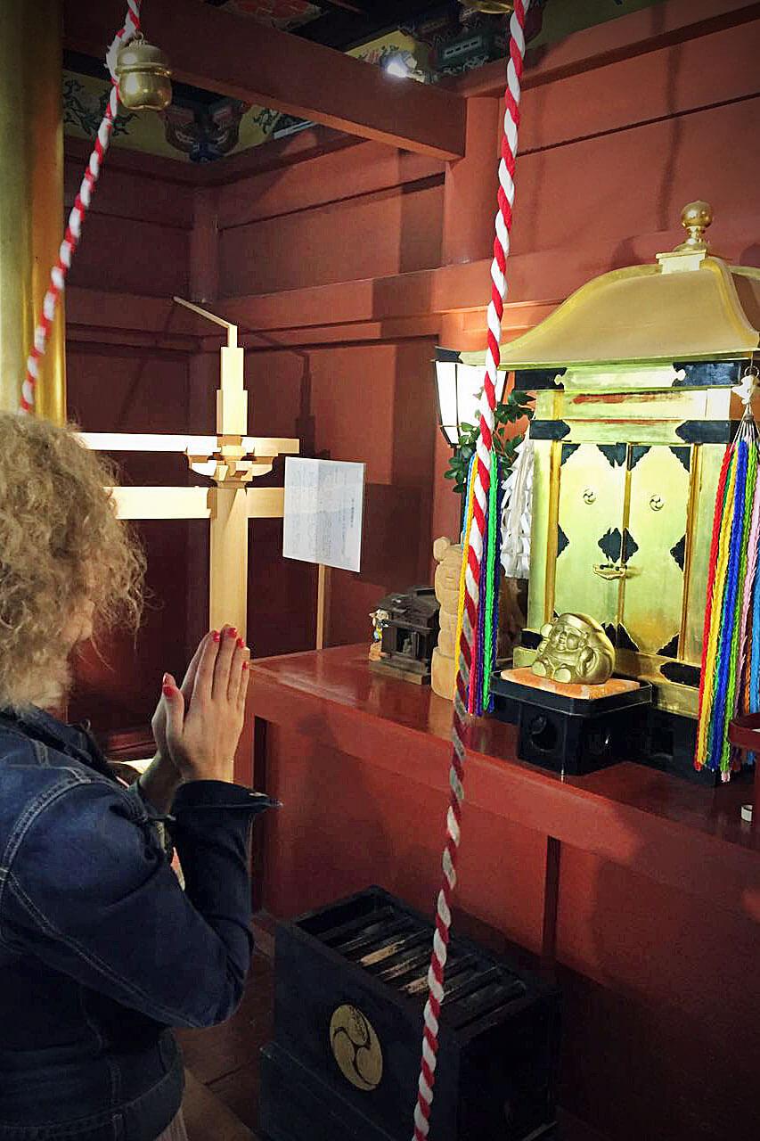 Rita Aleluia a orar no interior de um templo japonês, com base em cinco práticas transformadoras.