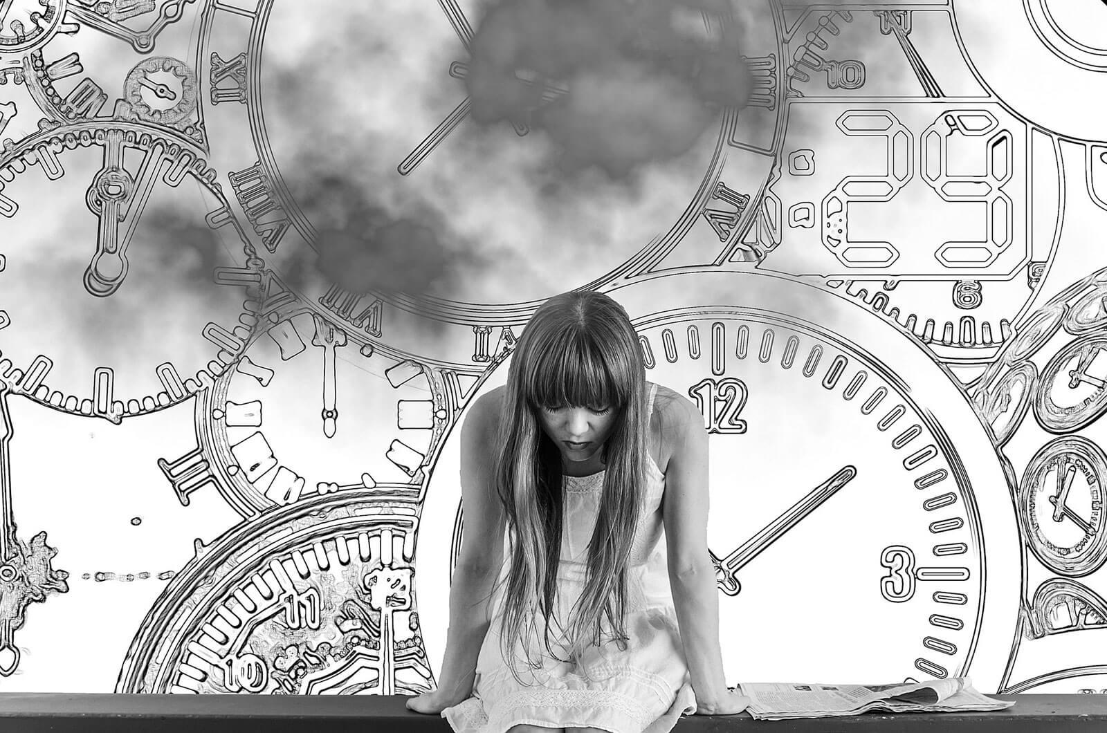 Rapariga sentada num banco, junto a um jornal e um fundo cheio de relógios.