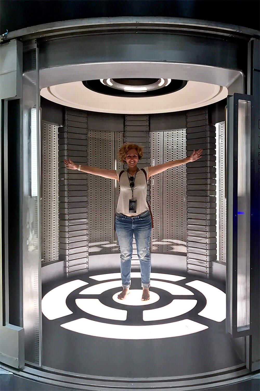 Rita Aleluia dentro de um elevador de uma nave espacial.