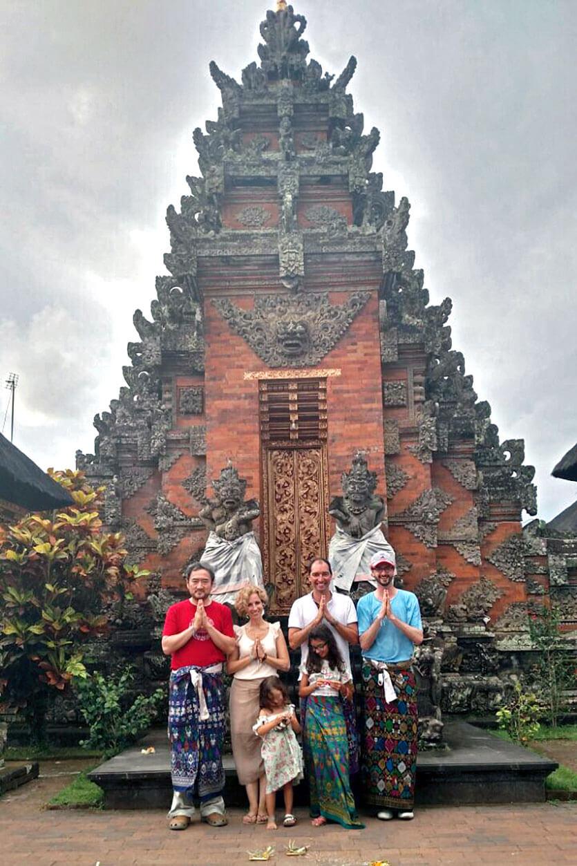 Rita Aleluia com família e amigos, frente a um templo na Indonésia.