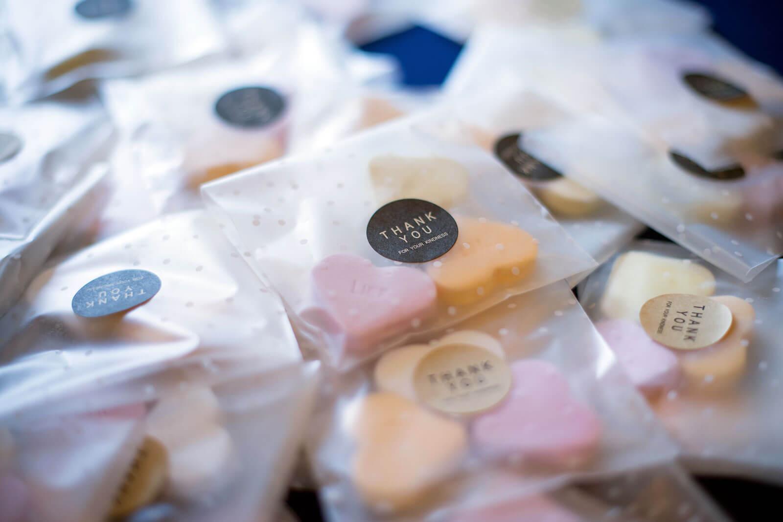 Embalagens com doces em forma de coração.