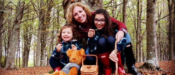 Rita Aleluia com criança a fazer um piquenique, num bosque cheio de folhas secas.