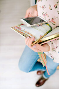 Rita Aleluia, em pé, segurando numa agenda, caneta e smartphone.