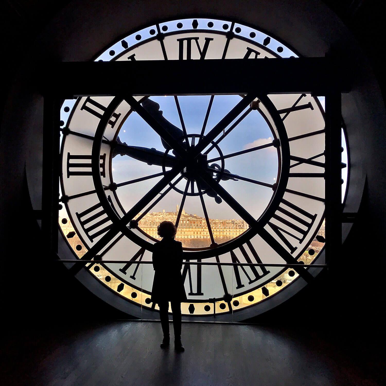 Rita Aleluia no interior de um relógio gigante, instalado no topo de uma torre.