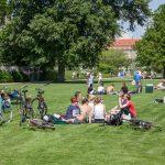 Pessoas e bicicletas no relvado do Churchill Park, em Copenhaga.