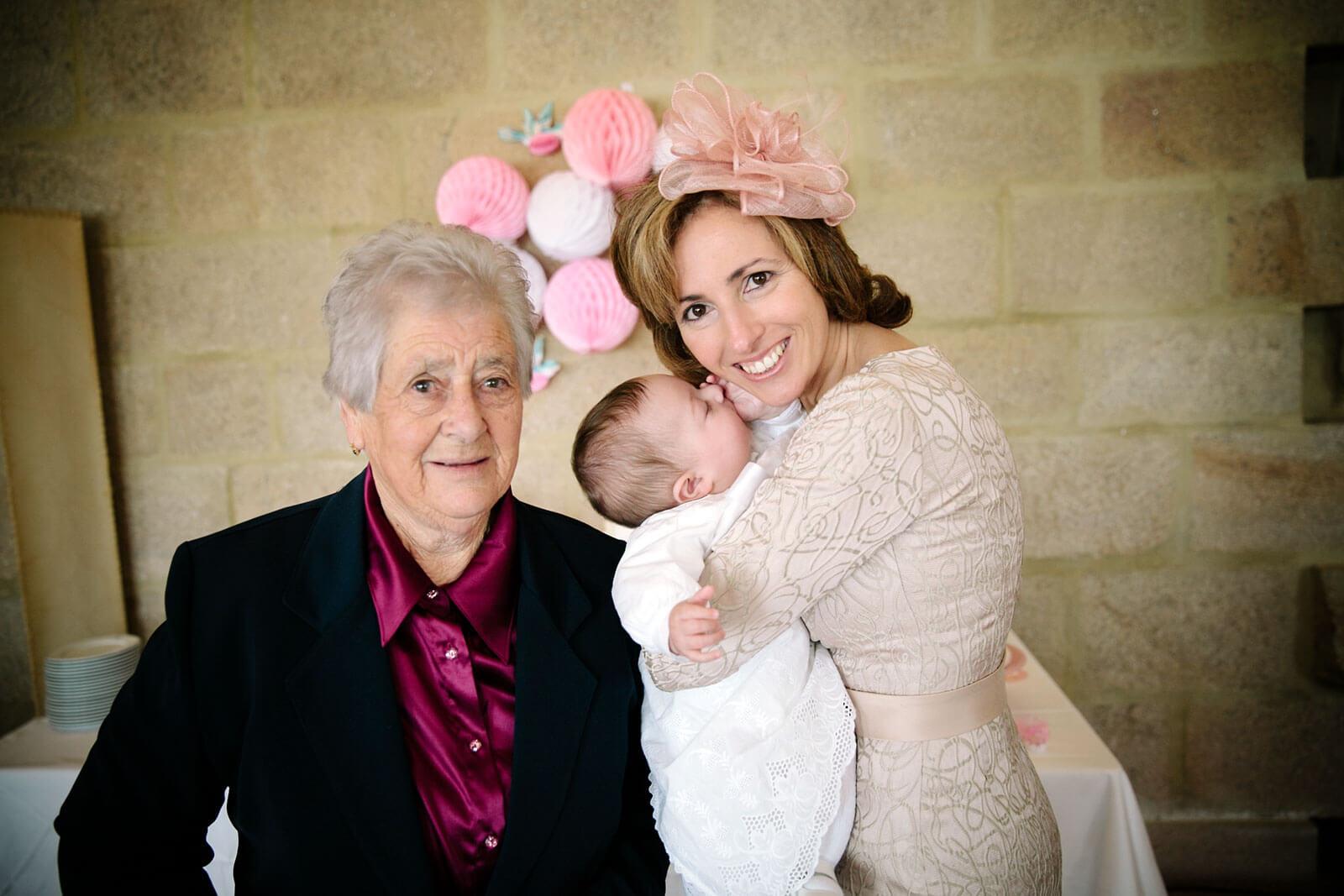 Rita Aleluia com avó e filha durante o batizado.