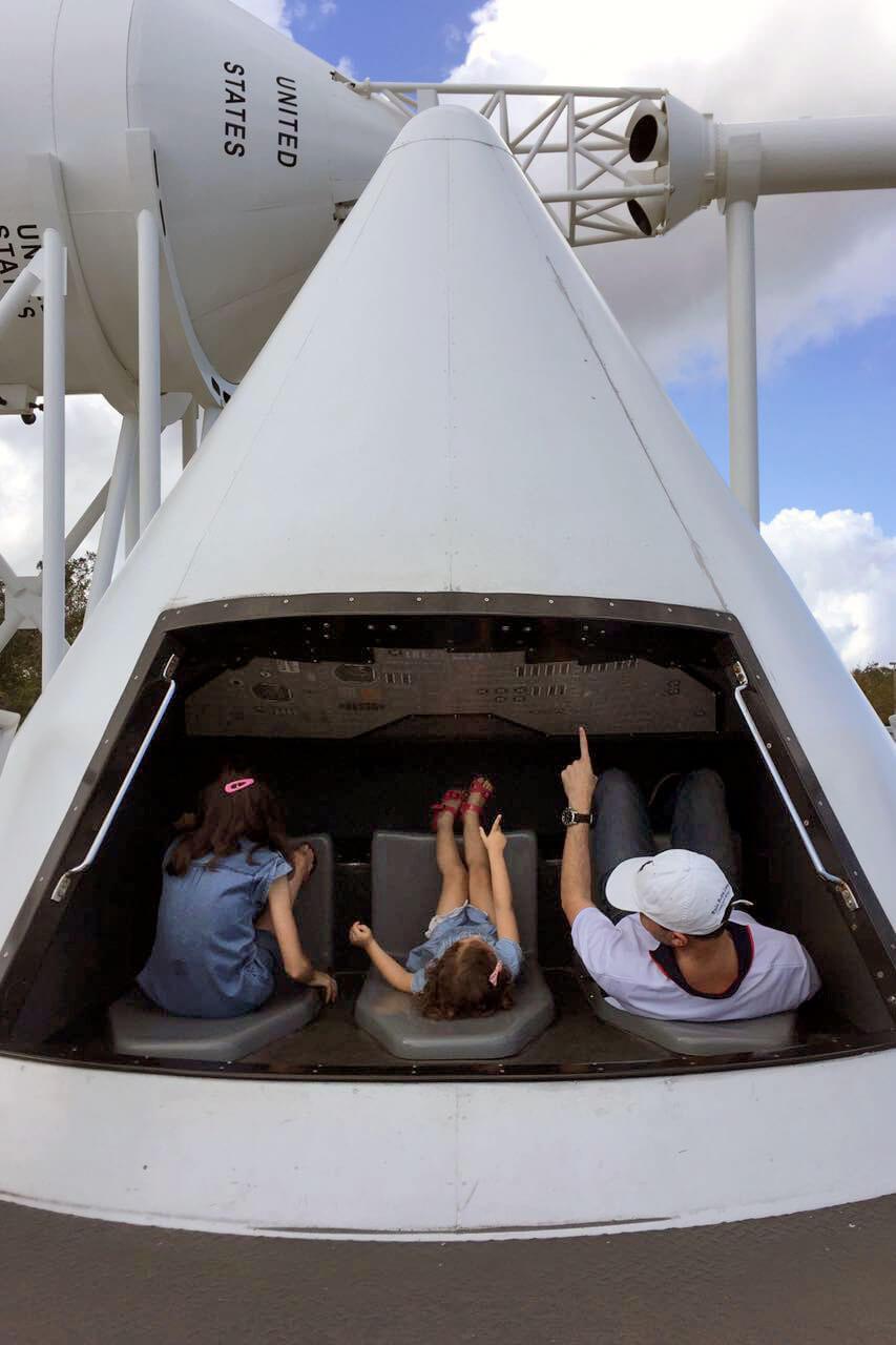 Família no interior de um modelo de um foguetão, num centro de visita da Nasa.