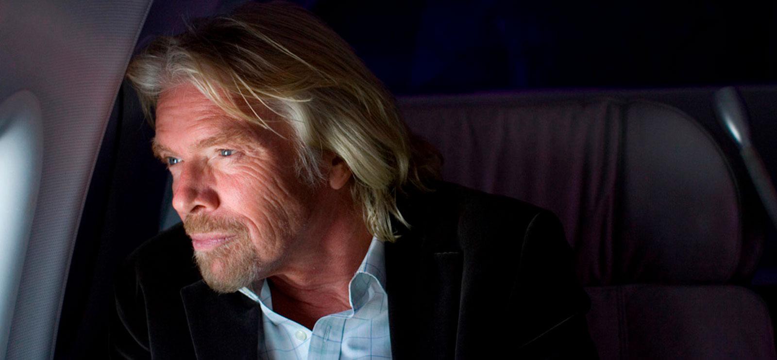 Empresário Richard Branson à janela de um avião, um dos grandes líderes desta geração.