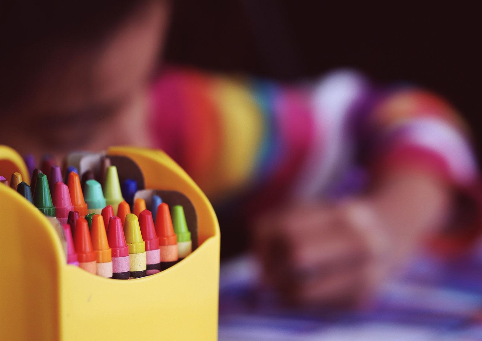 Embalagem lápis de cor e criança a desenhar
