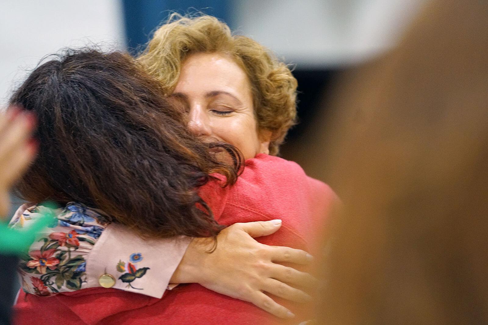 Rita Aleluia a abraçar uma pessoa