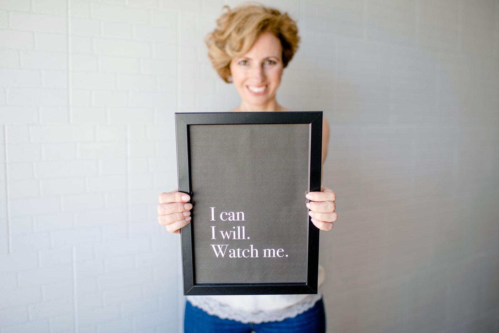 """Rita Aleluia com um quadro preto nas mãos e a frase """"I can, I will. Watch me."""""""