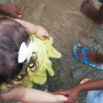 Menina a criar empatia com criança africana.