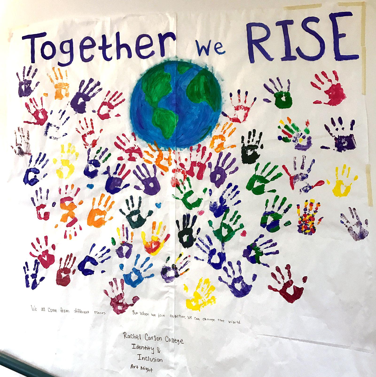 Composição artística, com mãos pintadas e um globo, intitulada Together We Rise