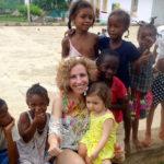 Rita Aleluia com um grupo de crianças africanas
