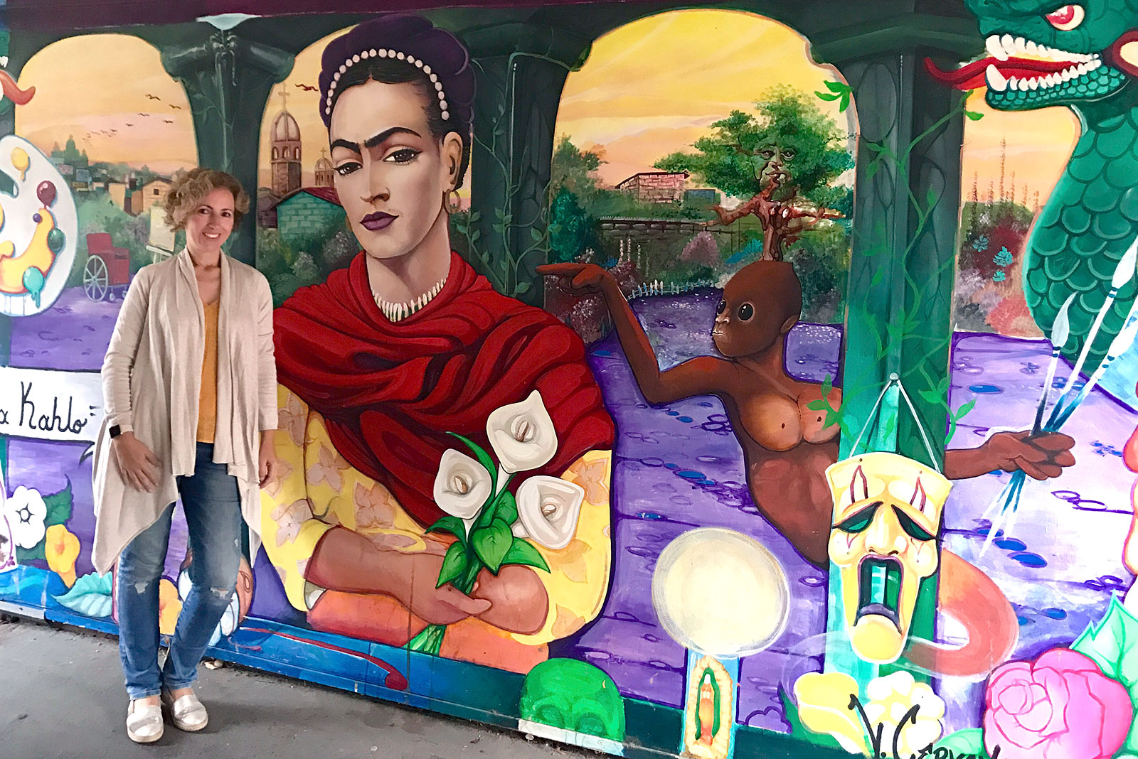 Rita Aleluia junto a um mural com Frida Kahlo