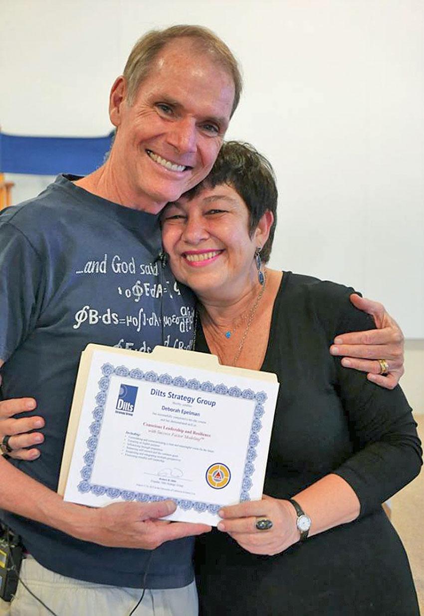 Deborah Epelman a receber certificado da mãos de Robert Dilts
