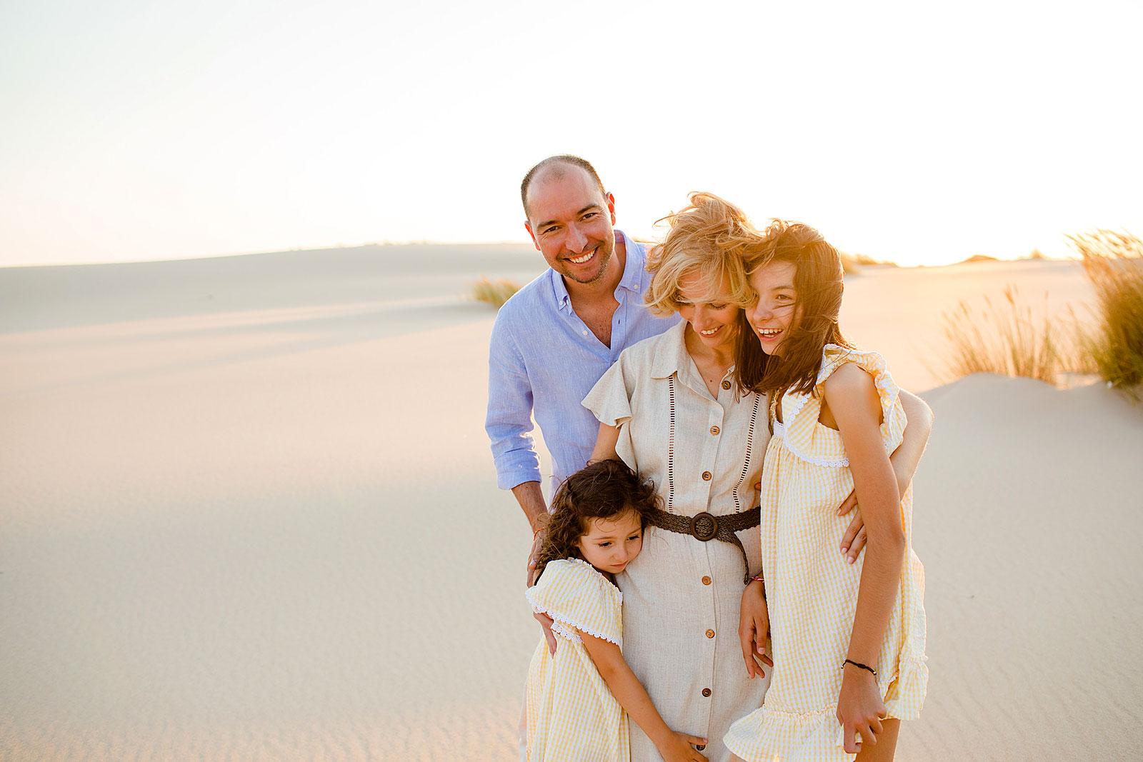 Rita Aleluia com Ernerto e crianças numa praia ao pôr-do-sol
