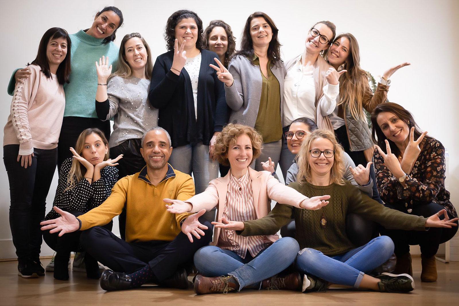 Grupo de pessoas com Rita Aleluia, a responsável por trazer a NLP University para Portugal