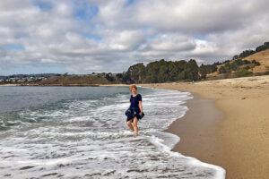 Rita Aleluia na espuma criada pelas ondas de uma praia