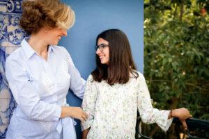 Rita Aleluia a sorrir para criança