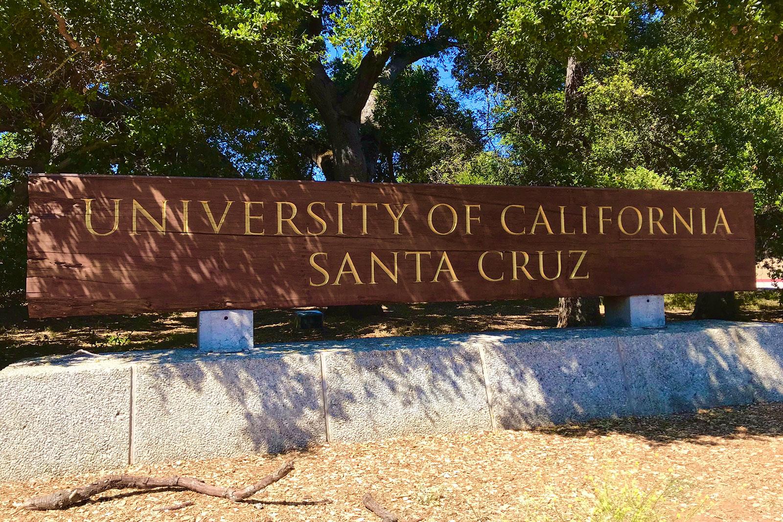 Bloco madeira com nome gravado da Universidade da Califórnia, Santa Cruz
