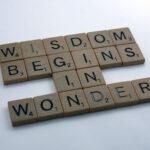 """""""wisdom begins in wonder"""" escrito com peças de madeira"""