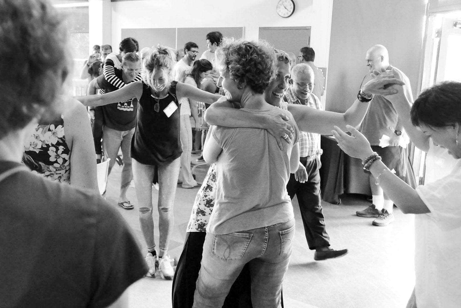 Rita Aleluia a dançar com grupo de pessoas